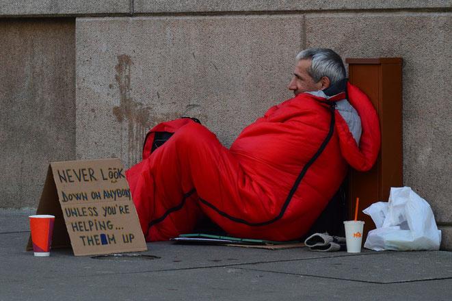 freaky finance, Schulden, Obdachloser, Bettler, auf der Straße
