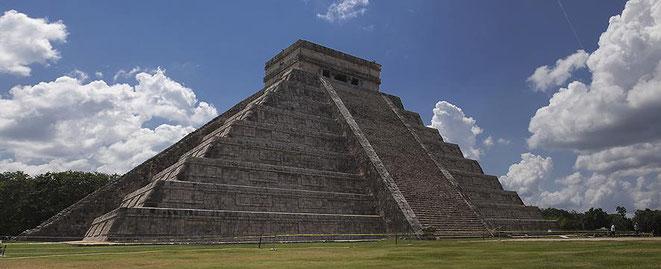 freaky finance, freaky travel, Maxim, Reisebericht, Top 5, Mexiko, Chichén Itzá, Kukulkan-Pyramide, Wolken und Gras