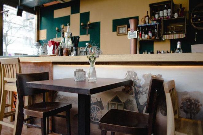freaky travel, Reisen, TOP 5, Deutschland, Rhein, Düsseldorf, Restaurants, Bar, Theke, Tische, Stühle, Lokal