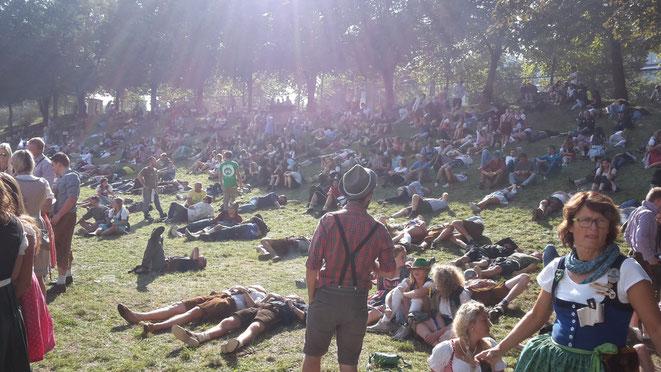 München, Oktoberfest, Wiesn, Hofbräuzelt, Hügel, Gras, Menschen, Betrunkene