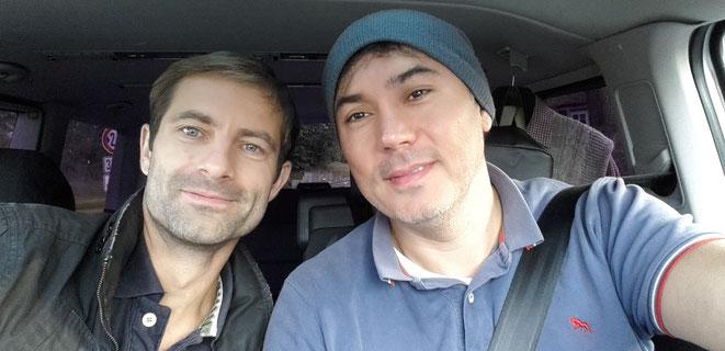 freaky running, unterwegs, 2 Männer, im VW Bus, föhlich, nach München