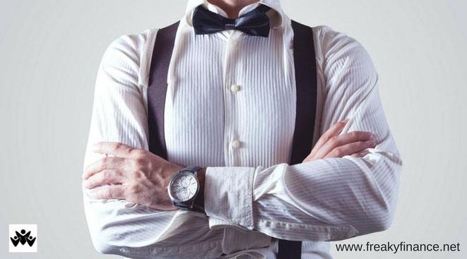 freaky finance, Leserartikel, Zeit ist Geld, Blogparade, männlicher Oberkörper mit Hemd, Fliege und Uhr