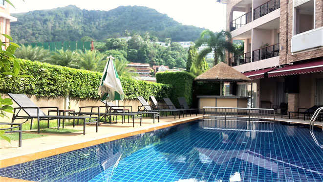 freaky finance, freaky travel, Pool, Kata Blue Sea Resort, Berge, Liegen, Phuket, Thailand