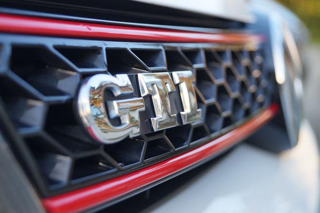 freaky finance, Golf GTI, Verlust in Höhe eines Neuwagens, Kühlergrill eines VW Golf GTI