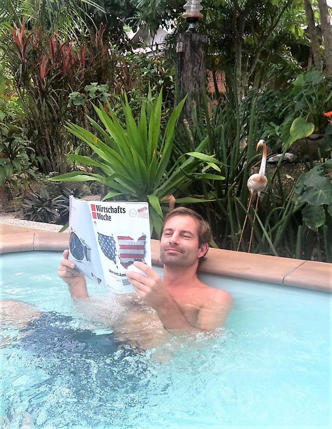 freaky finance, freaky travel, Jacuzzi, lesen, Pflanzen im Hintergrund
