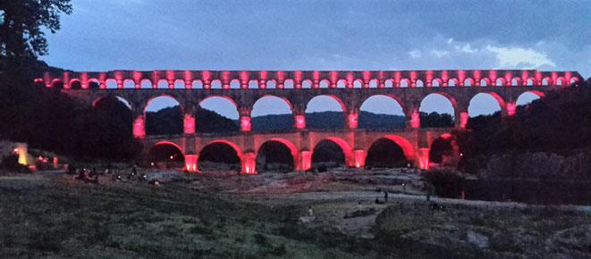 freaky travel, freaky finance, Pont du Gard, beleuchtet, Dunkelheit