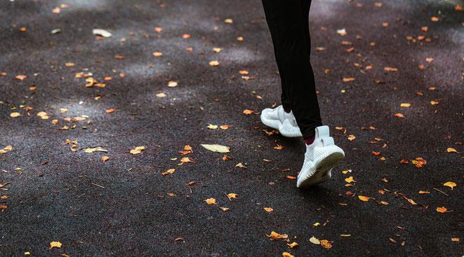 freakyfinance, Laufen, Jogging, Läuferbeine, Laufschuhe, Weg mit Laub