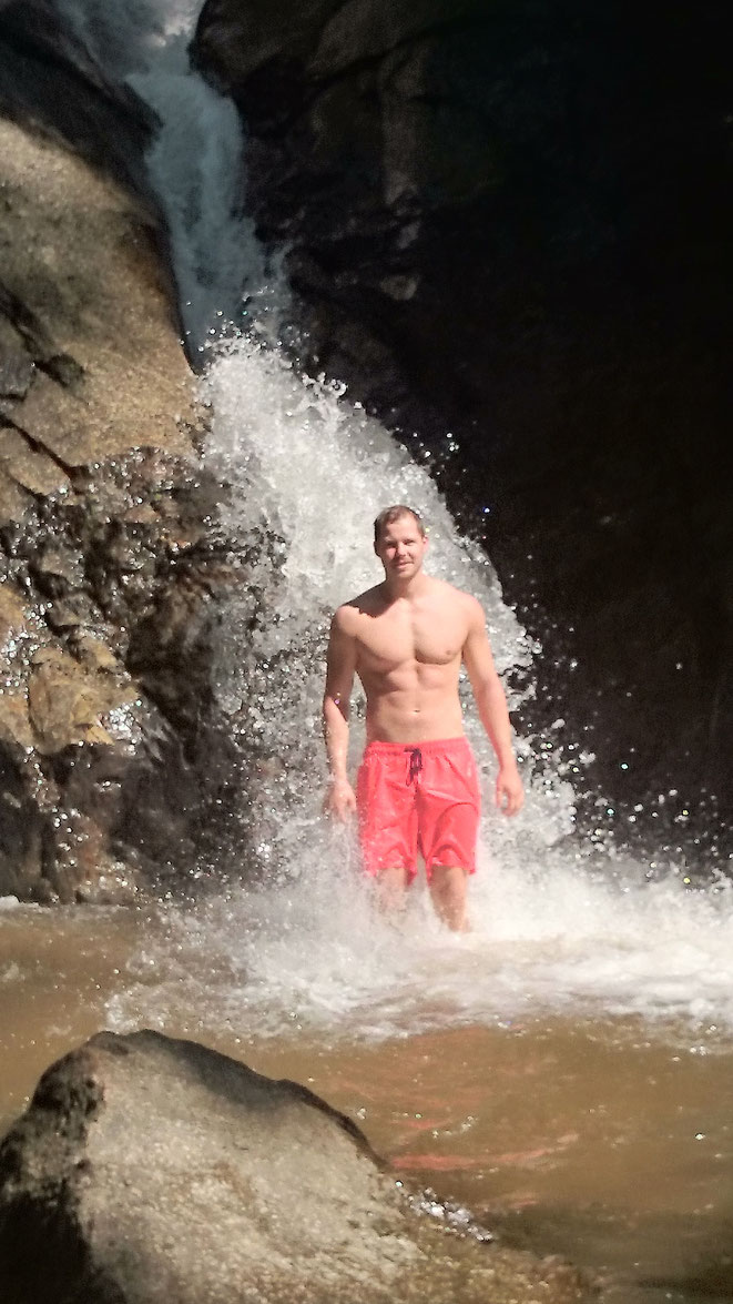 freaky finance, freaky travel, Zinskraft, Wasserfall, Mann, Abkühlung, Nord-Thailand