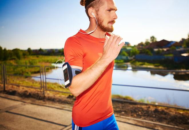 freaky running, laufen, Training, MAnn, Läufer, Wasser, Telefon, Kopfhörer