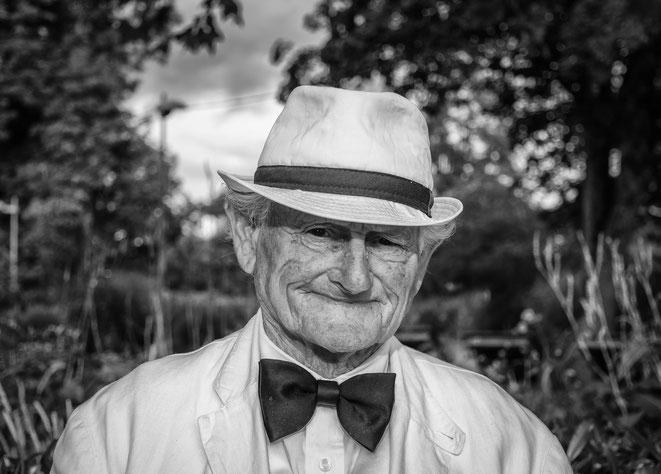 alter Mann, Greis, glücklich, gesund, alt, Mann mit Hut, Mann mit Fliege