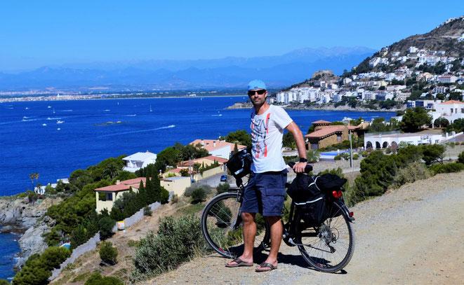 freaky finance, freaky travel, Roses, Mittelmeer, Mann mit Fahrrad, Meer, Häuser