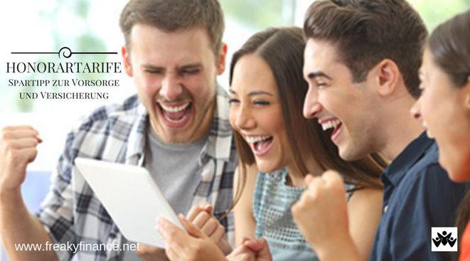 freaky finance, Honorartarife, Nettotarife, fiseba.de, 4 Personen freuen sich und schaeun dabei in ein Tablet