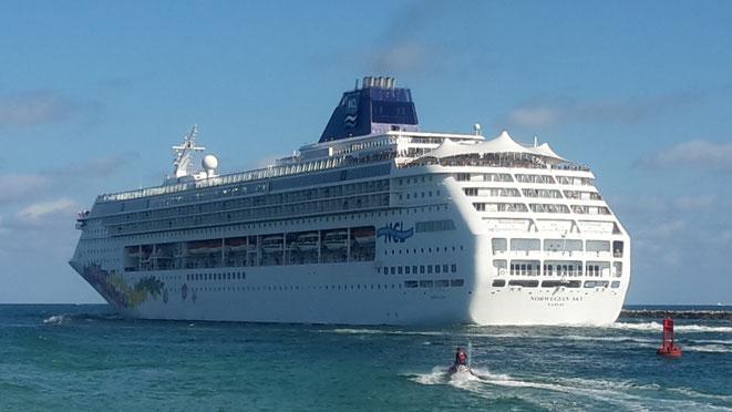 freaky travel, freaky finance, Meer, Norwegian Sky, Kreuzfahrtschiff, Hafenausfahrt Miami