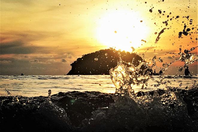 freaky finance, freaky travel, Sonnenuntergang, Kata Beach, Meer, Spritzwasser, Phuket, Thailand