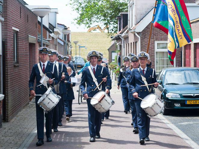 Tijdens rondgangen treden leden van drumband en harmonie samen op. Foto: Jan-Kees de Meester