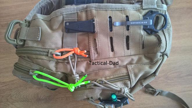 Die Viper Sling Bag mit befestigtem Benchmade SOCP Messer durch die Laser-Cut schlaufen.