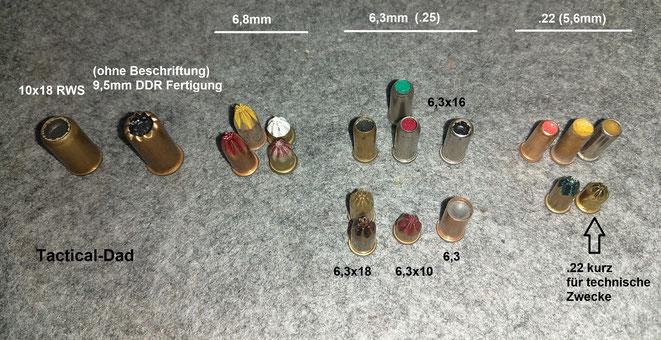 Kartuschen bzw. Ladungen für Bolzenschussgeräte. Die zugefalteten sind für Bolzensetzgeräte. Alle die nicht zugefaltet sind, sind für Bolzentreibgeräte. Es ist nur eine kleine Übericht, es gibt eine erheblich größere Zahl an verwendeten Kalibern.