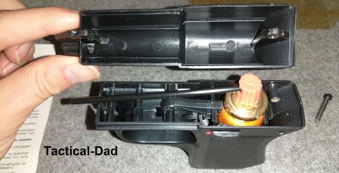 """Die TW1000 Diplomat Tränengas Pistole ist sehr einfach aufgebaut (man könnte es auch """"klapprig"""" nennen)."""
