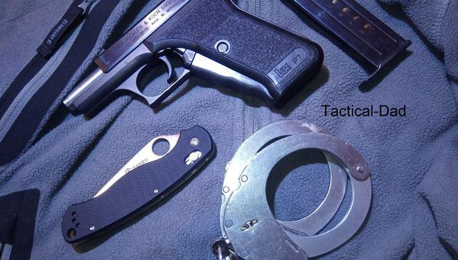 Heckler & Koch P7, Ganzo G729 Messer, Clejuso Handfesseln und im Hintergrund eine sehr schlechte Fleecjacke von Clawgear (bisher habe ich jeden Clawgear Kauf bereut).