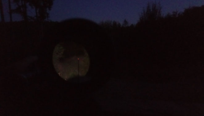 Das hier ist ein geschotterter Waldweg auf etwa 80 Meter. Bei Dunkelheit leuchtet das Weißlicht einwandfrei alles bis 100 Meter aus, vermutlich reicht es auch noch weiter. Die Farbfilter nehmen aber einiges an Reichweite weg.
