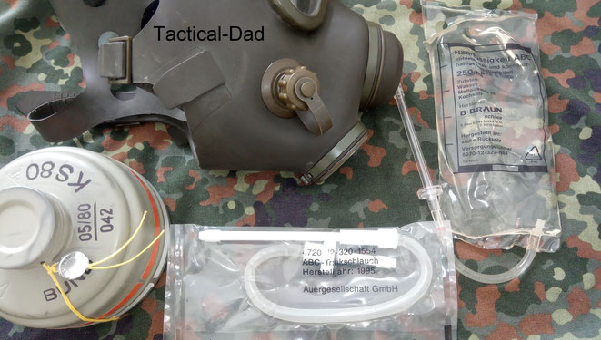 Die M65A2 ABC-Schutzmaske der Bundeswehr mit Trinkschlauchanschluss und Trinkbeutel mit Nährlösung (schmeckt widerlich).