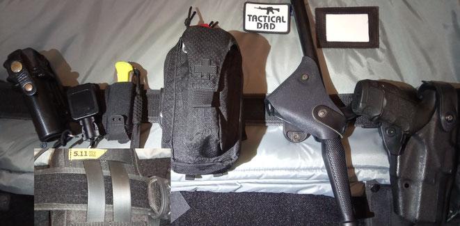 Für den Polizeieinsatz eignen sich eher schmalere Taschen wie die 5.11 Med Pouch. Sie steht aber um einiges weiter von Gürtel ab als die Oberland Arms Tasche. In der Außentasche befindet sich ein Tourniquet.