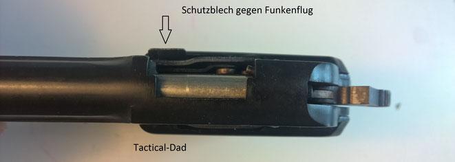 """Die verschlusslosen Schreckschusspistolen haben, ähnlich dem Trommelspalt eines Revolvers, einen Spalt zwischen Kartusche und Lauf. Dort ist immer ein Schutzblech angebracht (""""Feuerblech"""")."""