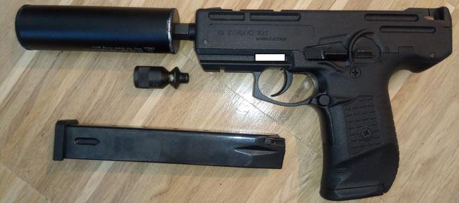 Zoraki 925 Schreckschusspistole mit Umarex Schalldämpfer mit einer Füllung aus Stahlwolle.