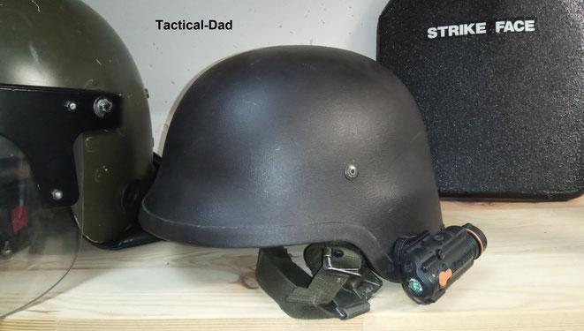Ich selber habe schon seit einigen Jahren einen ausgemusterten Bundeswehr Gefechtshelm. Daran montiert habe ich eine Energizer Helmlampe.