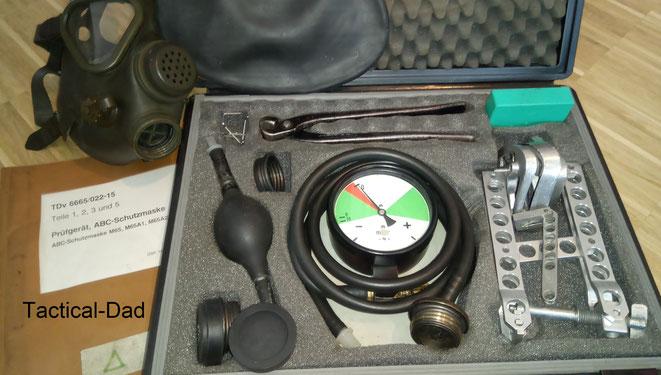 Prüfkoffer für ABC-Schutzmasken. Heute verwendet die Bundeswehr elektronische Geräte dafür, die Partikel in der Luft messen.