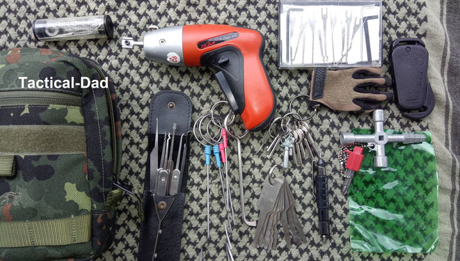Dieses Sperrwerkzeug mit Lockpicks, Klom Elektropicker, Sperrhaken, Probierschlüsseln und einer Sammlung unterschiedlicher Handschellenschlüssel habe ich in der Einsatztasche.