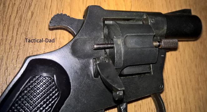 ME 70/G Revolver: Die Trommelachse wird als Ausstoßer verwendet.