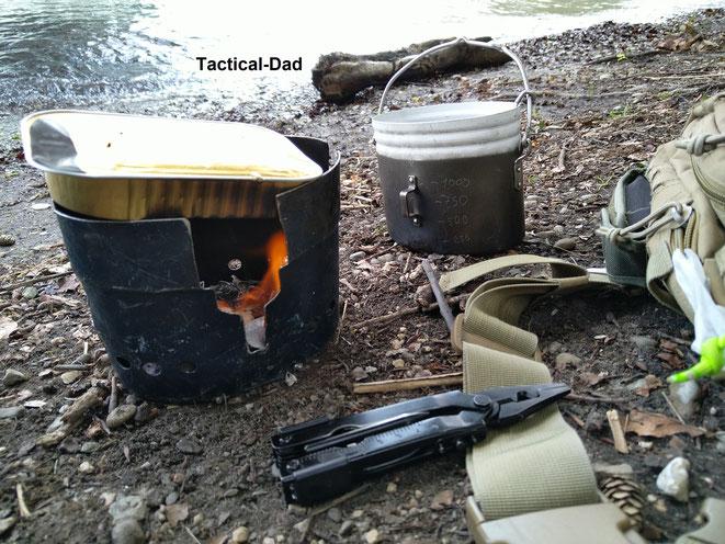 Unten in das schwedische Kochgeschrirr kann man alle möglichen Kocher rein stellen und notfalls sogar Holz verbrennen.