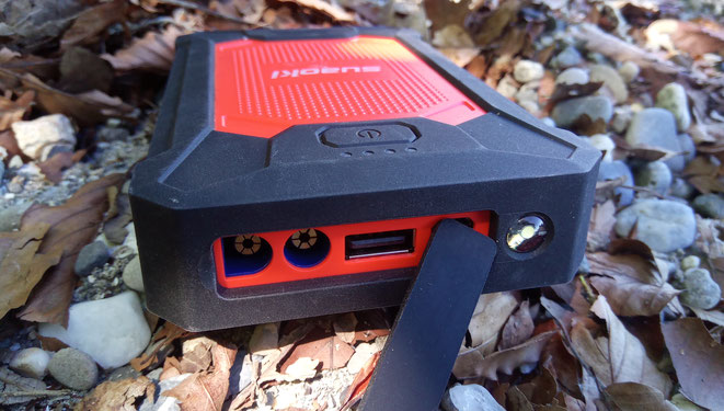 """Suaoki Powerbank (""""Jumpstarter"""") mit USB und 12v Anschluss. Sie ist Stoß- und Wasserfest, sozusagen eine Outdoor Powerbank."""