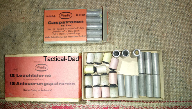 Die sehr seltenen Leuchtsterne und Anfeuerungspatronen für die Wadie Gaspistole wurden zusammen in einer Schachtel geliefert.