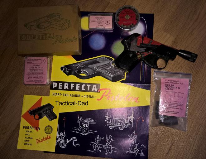 Hier seht ihr ein Schnittmodell einer Perfecta Pistole mit diversem Zubehör, inkl. unterschiedlicher Gasvorsatzhülsen und 7mm Leuchtsterne.