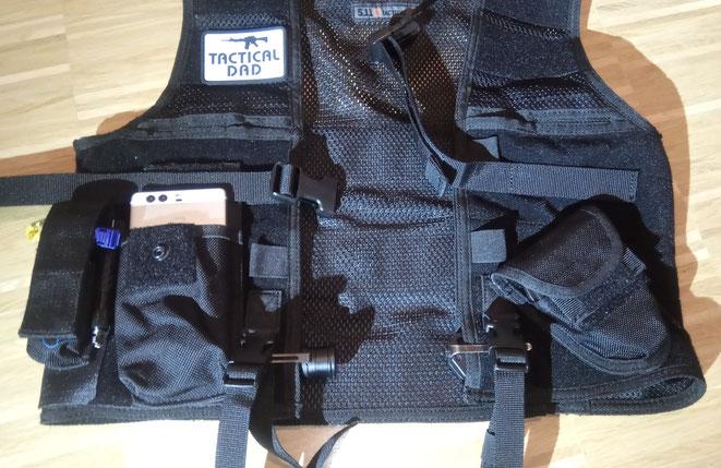 Die Funkgerätetasche funktioniert auch für manche Smartphones. Was gut mit der 5.11 Einsatzweste funktioniert ist das Tragen von Ausrüstung, wie hier den Nexlock Schlagstock und das Böker Messer.