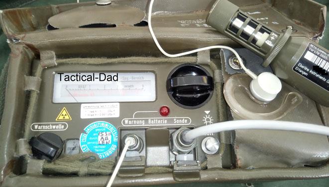 FAG Kugelfischer SV500 Geigerzähler mit Beta- und Gammasonde, Kopfhörer, Montageklemme und dem Kabel um das Batteriefach bei Kälte am Körper zu tragen.