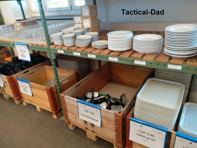 Im ArmyLiqShop bekommt man alles mögliche, Pilotenjacken, Taschenmesser, Schränke, GFK-Boxen, Feldkabel, Schaufeln...