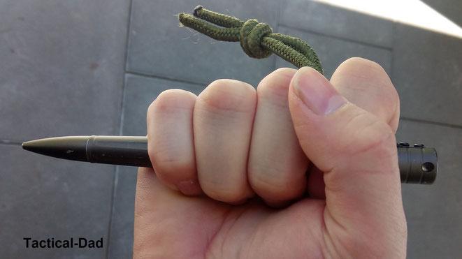 Mit diesem Griff können mit dem Tactical-Pen schnelle Schläge in beide Richtungen durchgeführt werden.