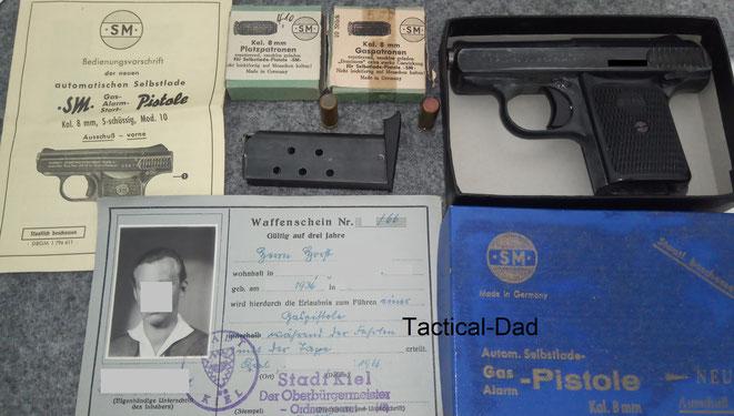 Der kleine Waffenschein ist keine neue Idee. Bevor das bundeseinheitliche Waffenrecht erlassen wurde gab es bereits Waffenscheine für Schreckschusswaffen, wie dieser hier von 1966.