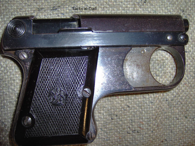 Rechte Seite der ASS 33/6 Lacriame Pistole. Das Schwarze im Auswurffenster ist der Magazinzubringer.
