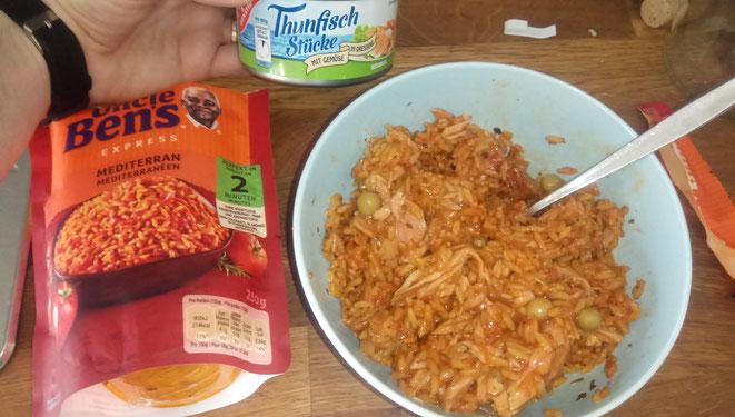 Uncle Bens Reis und Tunfisch aus der Dose (Mit Gemüse und Zwiebeln) ergeben ein super Essen.