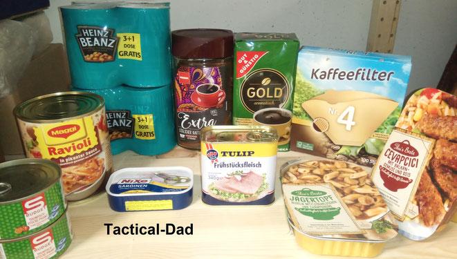 Auch wichtig im Lebensmittelvorrat: Dosenravioli, Dosenbonen, Tunfisch in der Dose, Ölsardinen, Frühstücksfleisch, Busse Fertiggerichte und Kaffee.