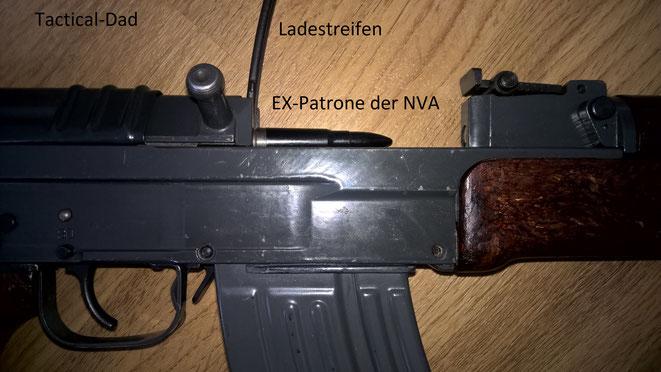 Das VZ58 kann man von oben mit Ladestreifen befüllen. Auf dem Streifen habe ich eine Exerzierpatrone der NVA, die aber natürlich nicht in das verschweißte Patronenlager passt.