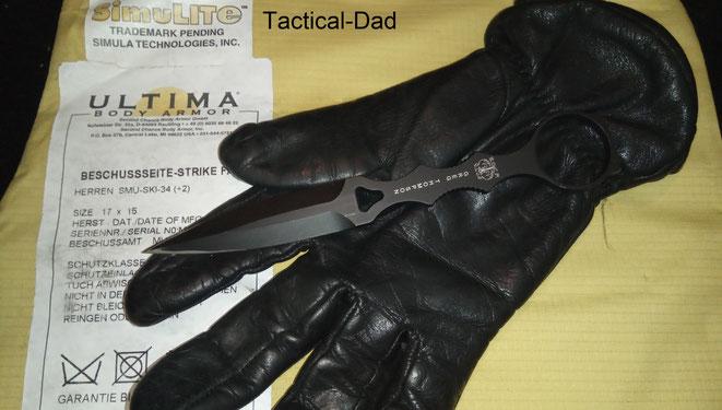"""Das hier sind meine dienstlich gelieferten """"Hatch Friskmaster Max"""" Schnittschutzhandschuhe.  Darunter eine Secound Chance Schutzweste, die aus gutem Grund nicht mehr verkauft werden."""