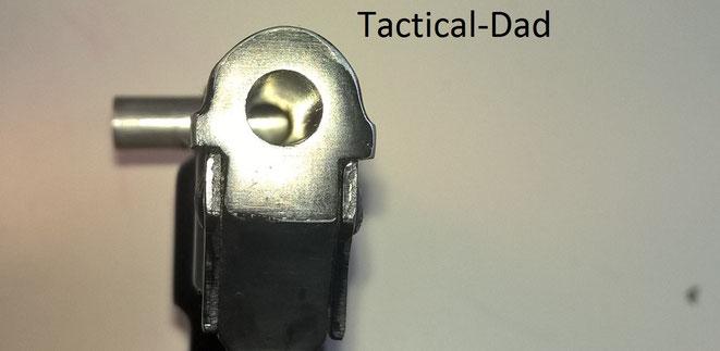 Der Lauf der HS 4 Pistole ist glatt und ohne Laufsperre. Der Innendurchmesser ist etwa 6mm. Seitlich vom Rahmen sieht man die beiden Stahlplatten.