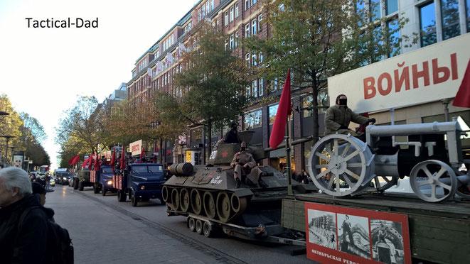 """In unserem Rechtsstaat dürfen auch die """"Feinde der Demokratie"""" demonstieren. Um diese Freiheit zu gewährleisten muss eine Demokratie stark sein. Hier wird 100 Jahre Oktoberrevolution in Hamburg gefeiert..."""