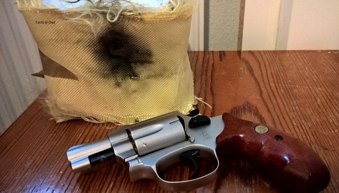 Schutzweste mit Schreckschussrevolver beschossen