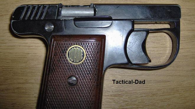 Hier ist die Kartusche vor dem Lauf in Schussposition. Der Abzugsbügel meiner Wadie Gaspistole ist leider etwas verbogen, bei anderen Waffen ist diese Lücke unten nicht.